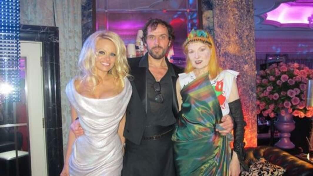 C'est nous ou Pamela Anderson a une drôle de copine ?