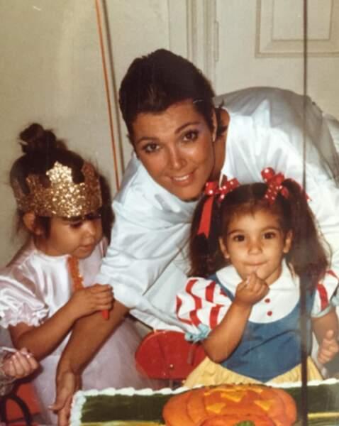 Bonus : Kourtney, Kim et leur mère Kris Jenner lors d'un Halloween vintage !