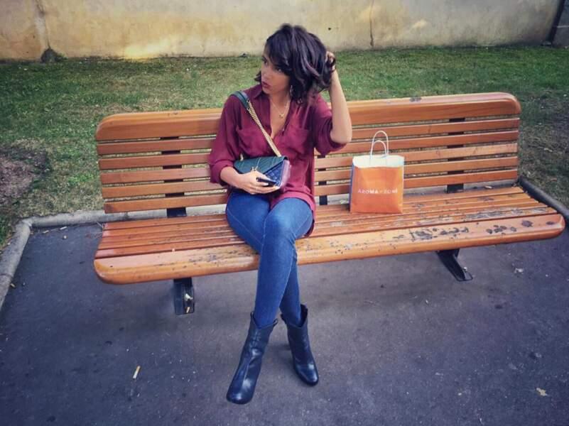 Posée sur un banc, avec sa nouvelle coupe de cheveux...