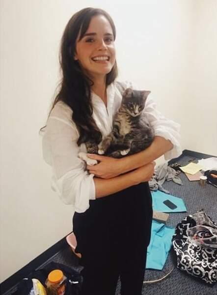 On espère que vous êtes aussi heureux qu'Emma Watson qui pose avec un chat.