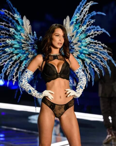 Bella Hadid, petite soeur de Gigi en Ange sur le défilé Victoria's Secret à Shangaï.