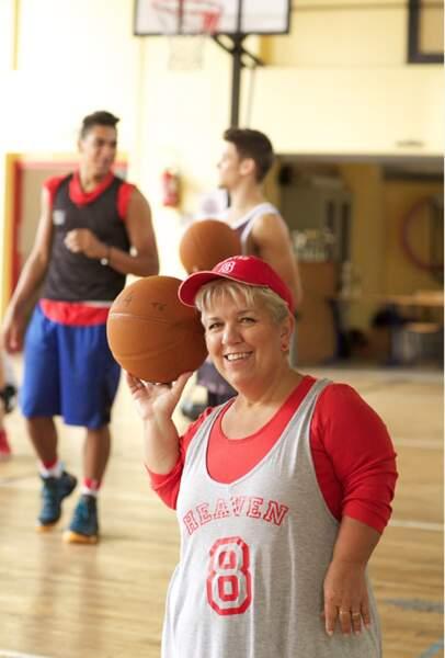 Mimie Mathy plus forte que Tony Parker ? Le basket n'a pas de secret pour elle.
