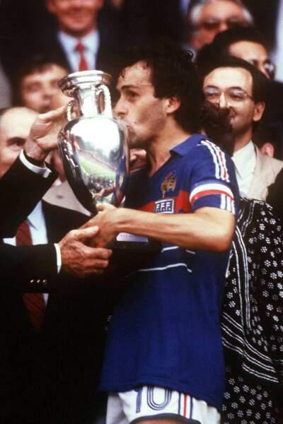 Capitaine Platini, également meilleur buteur de la compétition avec 9 réalisations (un record inégalé)