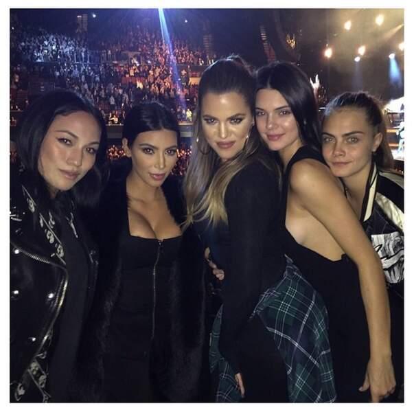 Qu'on se le dise, quand les soeurs Kardashian assistent à un concert, on est TOUS au courant