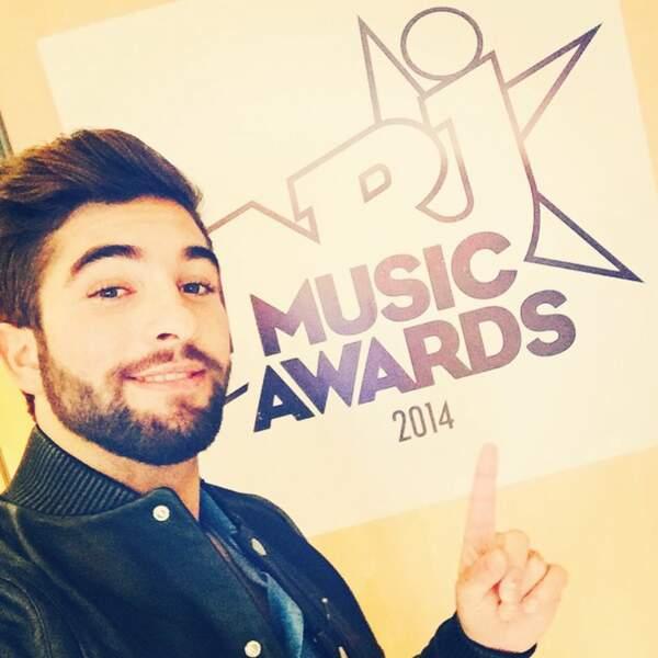 Kendji, grand gagnant de la soirée nous présente le logo des NRJ Music Awards