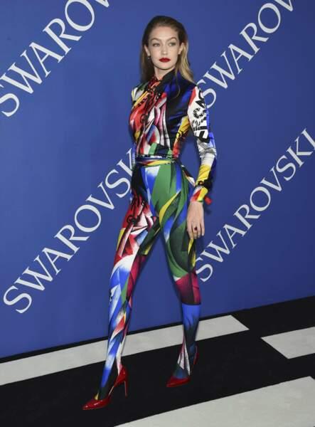 Gigi Hadid moulée dans sa combinaison colorée