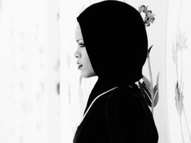 Rihanna pose voilée devant une mosquée aux Emirats Arabes Unis