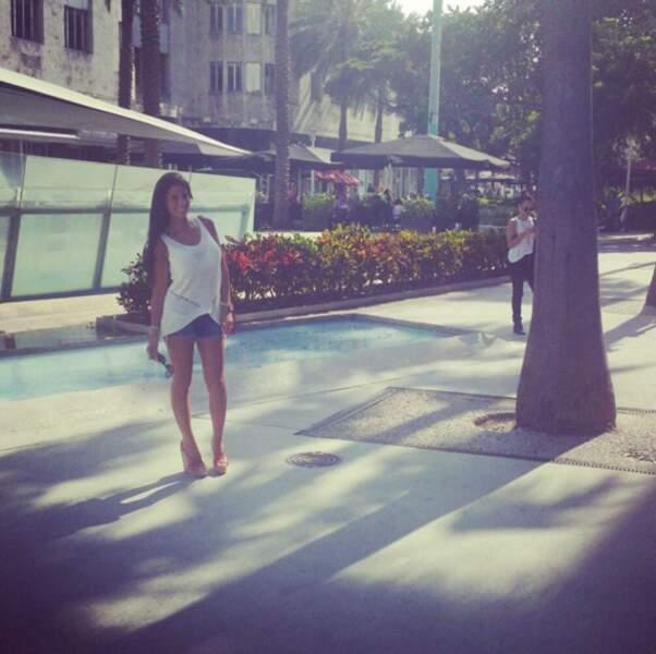 La jolie brune est aussi canon à Miami...