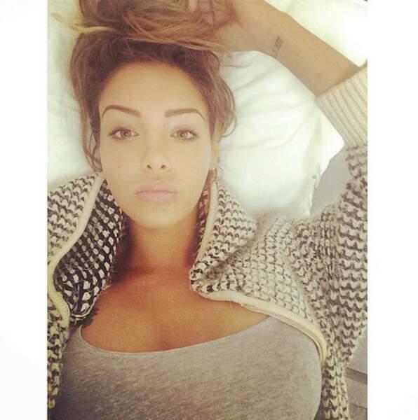 Et hop, un nouveau selfie sans make up pour Nabilla au réveil. Vous aimez ?
