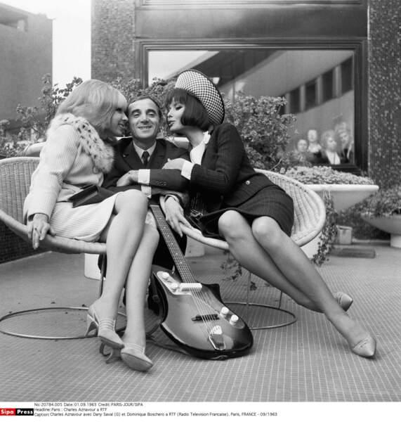 Charles Aznavour bien entouré, entre Dany Saval et Dominique Boschero à la RTF en 1963