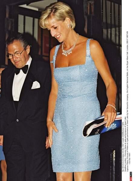 Turquoise, brodée de perles de cristal, la robe idéale pour assister au Lac des cygnes au Royal Albert Hall
