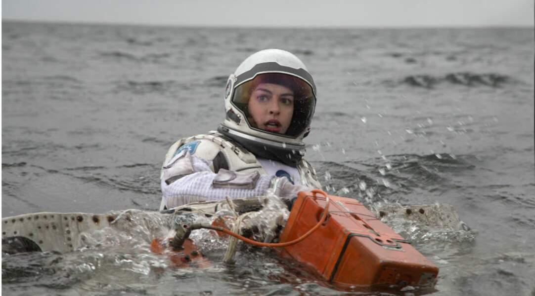 """Interstellar : la Terre se meurt, et Anne Hathaway, sur une planète """"refuge"""", prend l'eau !"""