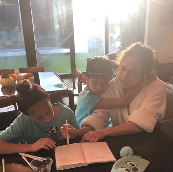 Jennifer Lopez est une maman comme les autres : elle aide ses enfants à faire leurs devoirs.