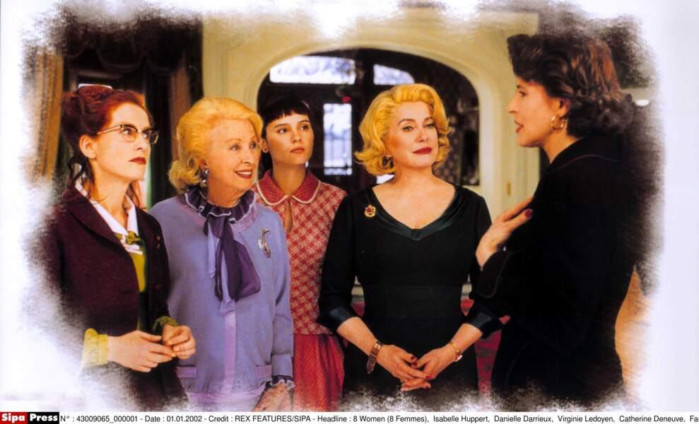 Danielle Darrieux (2ème à gauche) et sa famille en plein mystère dans 8 Femmes (2002)