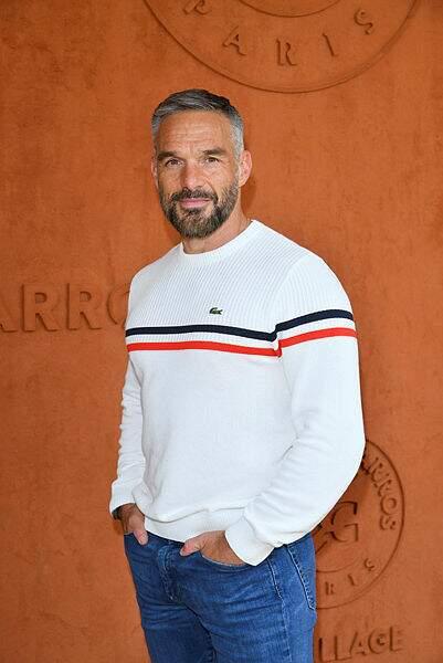 Couleur tricolore, croco sur le pull... l'acteur Philippe Bas a adopté une tenue de circonstance