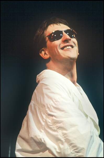 """Dans les années 80, Gilbert Montagné mouille sa chemise pour faire danser sous les """"Sunlights des tropiques""""."""