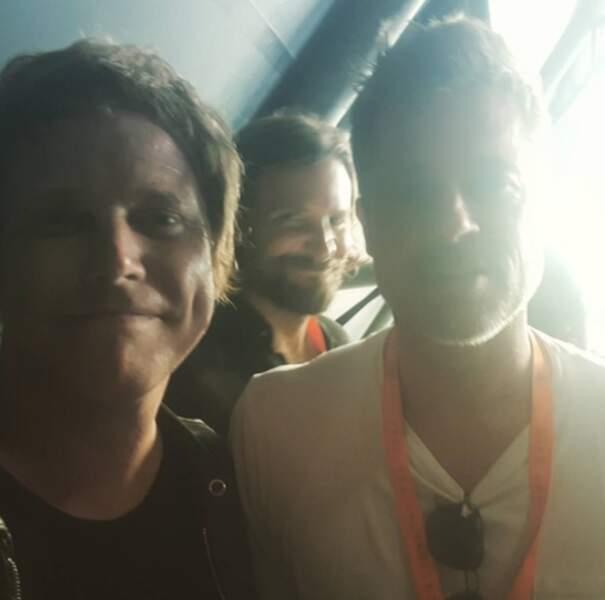 Mais qui photobombe ce selfie entre le chanteur Chris Simmons et Brad Pitt ?