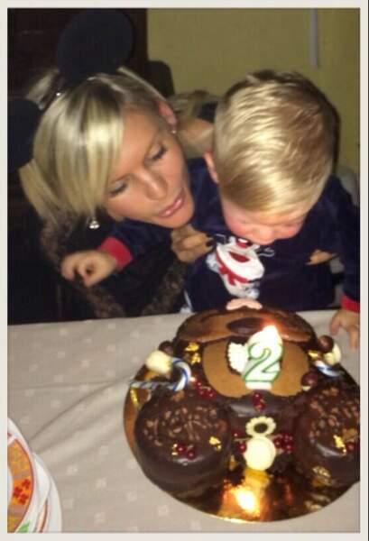 Et la très assagie Amélie Neten fête les deux ans de son fils Hugo