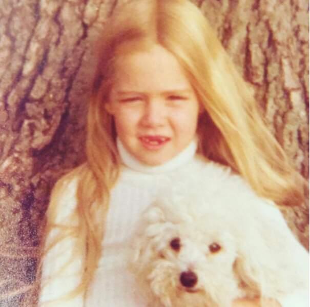 Le cœur de cette jolie tête blonde balancera longtemps entre deux garçons d'une série pour ados des années 90