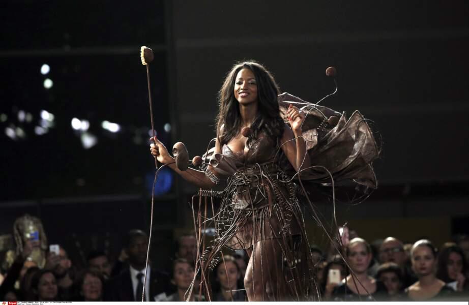 Hapsatou Sy et sa robe très graphique (Salon du Chocolat 2014)