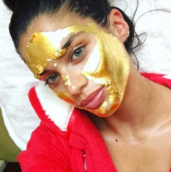 Nous, on préfère le programme de Sara Sampaio qui a le visage recouvert de feuilles d'or.