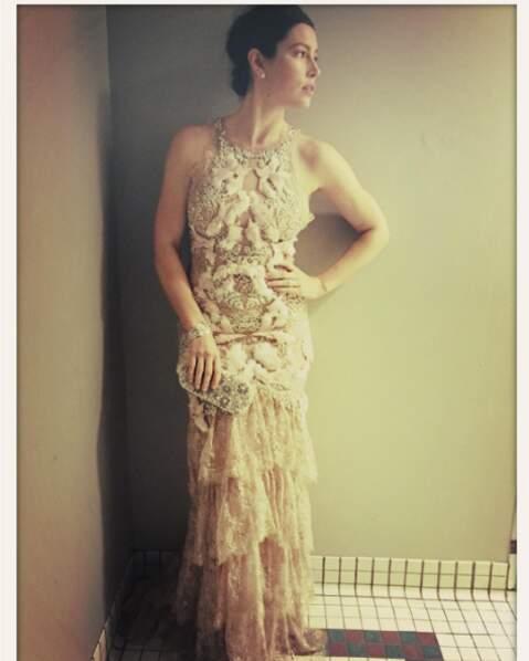 Un petit selfie en robe de soirée dans les toilettes ?