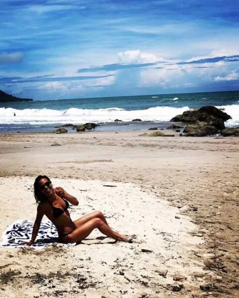 Sur la plage abandonnée, Alice Belaidi et crustacés.