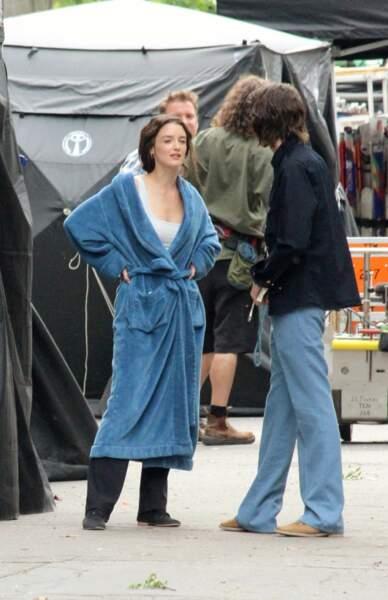 Sur le tournage, toujours sexy même en peignoir XXL.