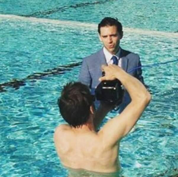 Comme tout le monde, Mika se fait prendre en photo habillé dans une piscine