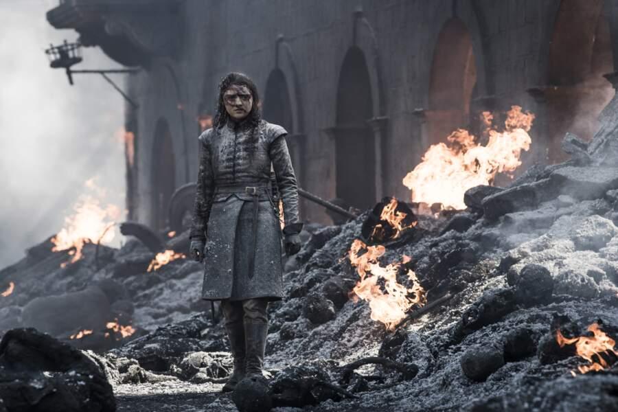 Au milieu des cendres, Arya se relève