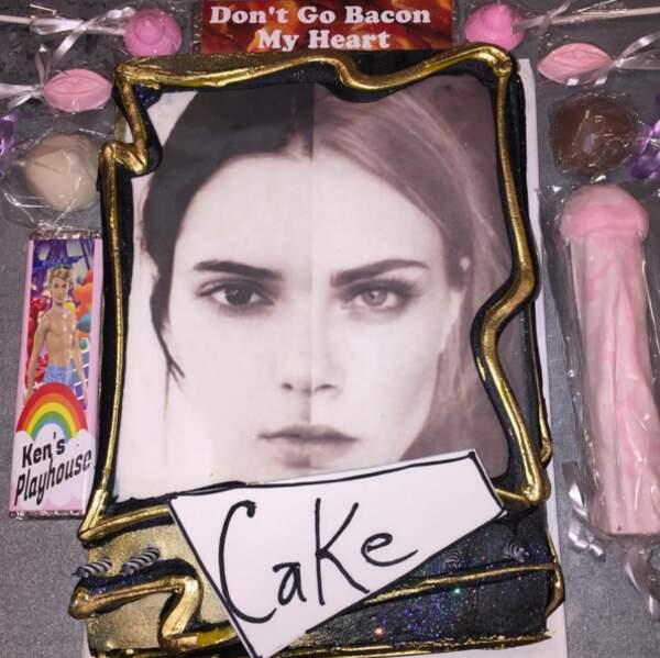 La demoiselle a d'ailleurs eu 20 ans cette semaine. Sympas ces sucreries offertes par Cara Delevingne... Ahem.