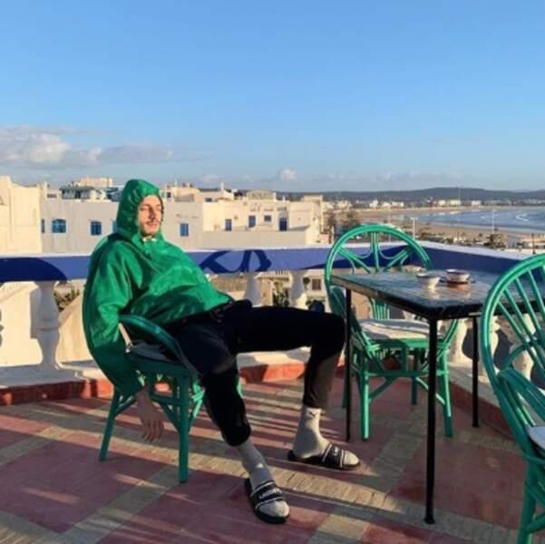 Le rappeur Roméo Elvis faisait le plein de vitamine D au Maroc.