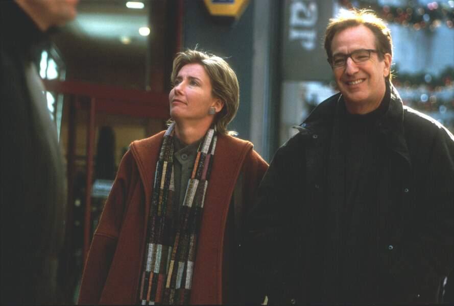 La coupe vieillotte, aux côtés du regretté Alan Rickman, dans Love Actually