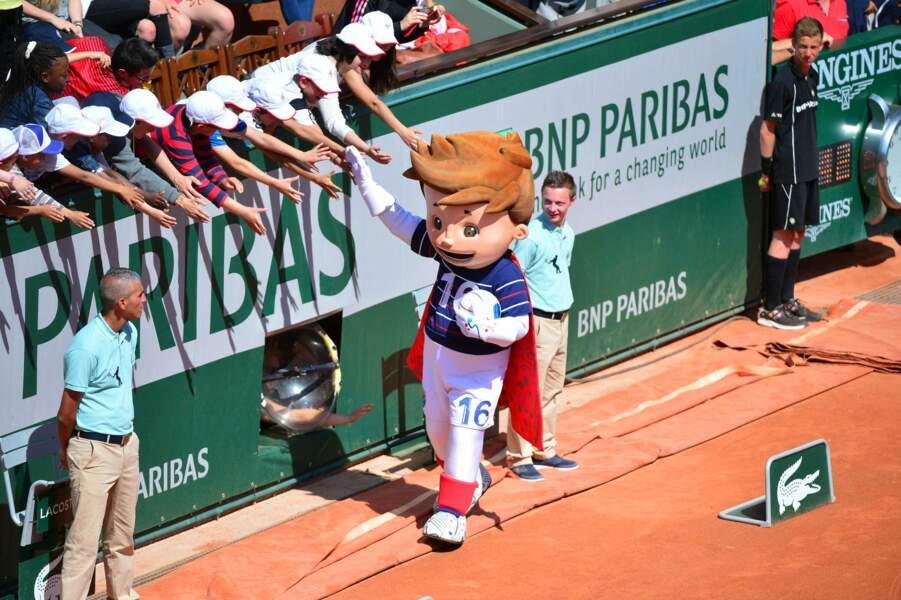 Super Victor, la mascotte de l'Euro 2016, a fait une sortie triomphale