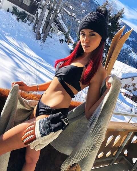 Bikini sur son balcon : une tenue tout à fait de saison pour Delphine Wespiser.
