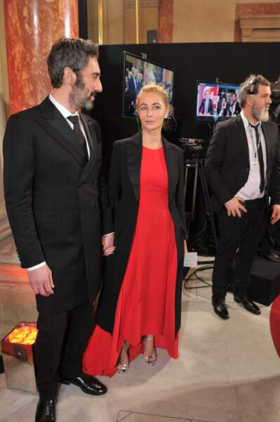 Emmanuelle Beart, en rouge et noir