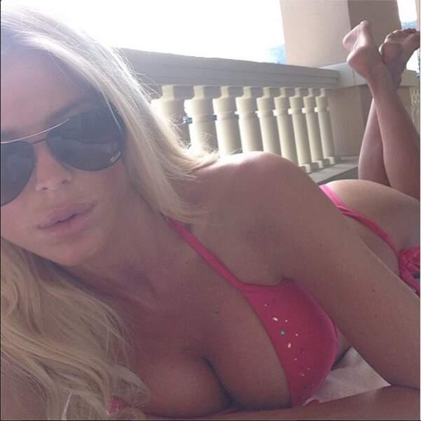 Ou lors d'un selfie très sensuel, Victoria ne quitte jamais le bikini !