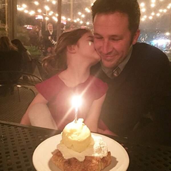 Famille parfaite : mari parfait fête son anniversaire avec fifille parfaite.