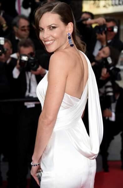 Hilary Swank, de blanc vêtue et tout sourire