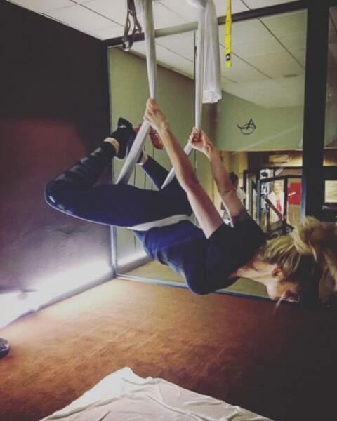 Vous connaissez cette pratique ? C'est du yoga aérien, Emilie est une grande adepte.