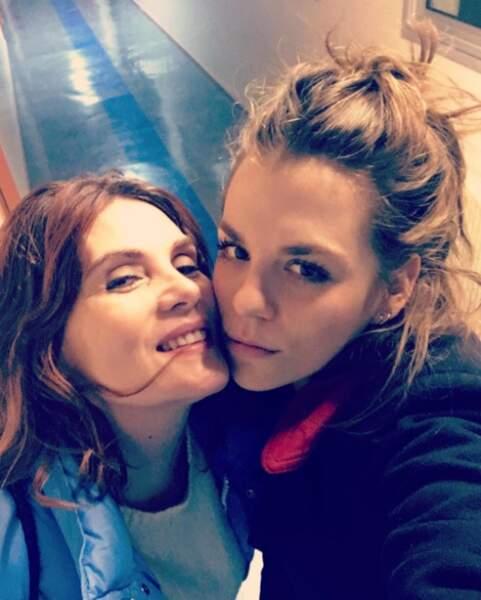 Les deux femmes adorent les selfies