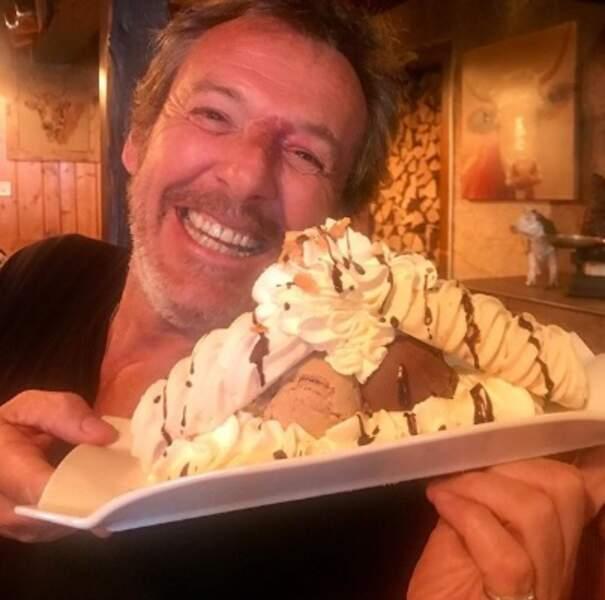 On espère que vous êtes aussi joyeux que Jean-Luc Reichmann devant une assiette de dessert.