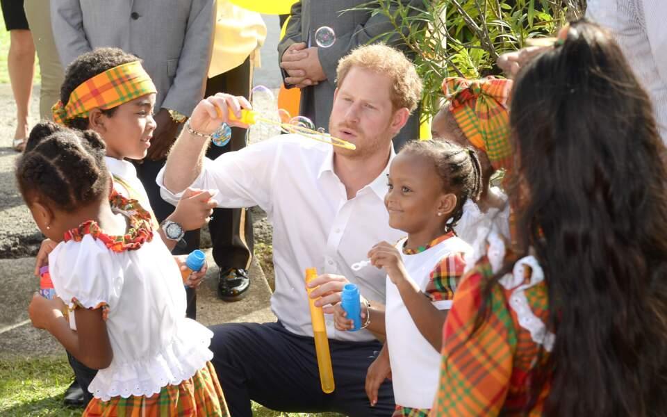 À l'attaque ! Les armes de Harry et des enfants ? Des bulles de savon !