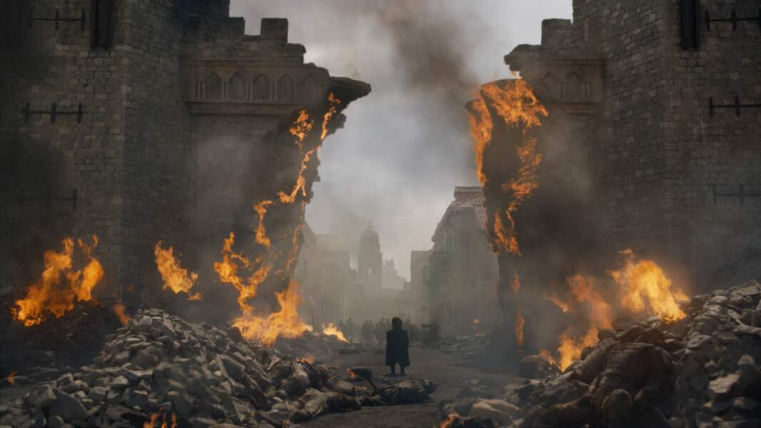 Impuissant, Tyrion ne peut que contempler le massacre et ses propres erreurs sur le champ de ruines
