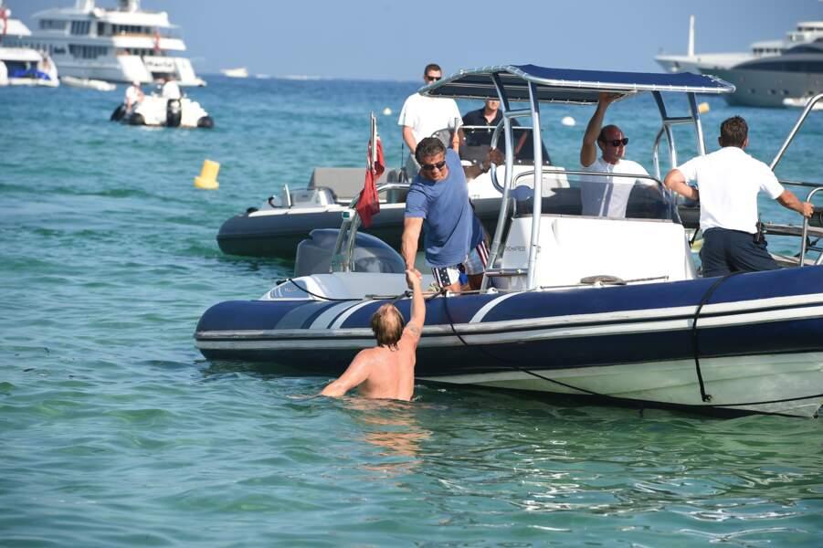 A Saint-Tropez, Sylvester Stallone est toujours OK pour donner un coup de main.
