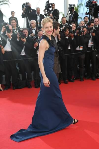 Sienna Miller monte les marches pour la cérémonie d'ouverture du Festival de Cannes 2015