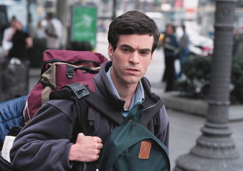 Raie sur le côté et rasé de près, il y incarne Xavier, un étudiant Erasmus vivant en colocation à Barcelone.