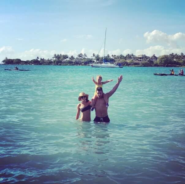 De son côté, c'est vacances en famille pour Stephen Amell (Arrow), sa femme et sa fille.