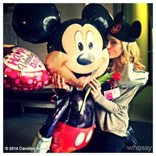 A défaut d'avoir son fiancé sous la main, Candica Accola embrasse Mikey