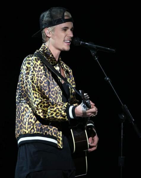 Cheveux platine, casquette et veste léopard ... il ose les mélanges !